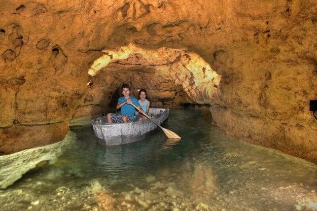 Zážitkom je plavba po krištáľovo čistej vode v jaskyni.