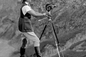 Na cestách sa Aloha osvedčila aj ako filmárka, nakrútila celkom osemdesiat kilometrov 16- a 35-mm materiálu. Vyvolávala ich kade tade v improvizovaných podmienkach a po hoteloch.