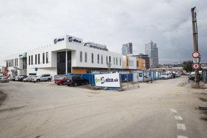 Na tomto mieste sa bude nachádzať dočasná autobusová stanica. Predajca elektroniky Alza sa už presťahoval na vrchné podlažie.