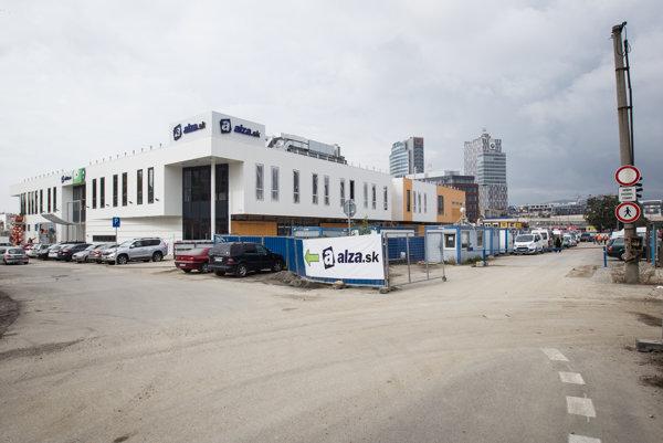 Showroom Alza v Bratislave je spojený s novou dočasnou autobusovou stanicou Bottova.