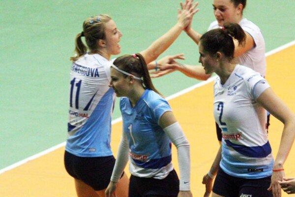 Monika Španková (v modrom drese libera) prestúpila v lete z tímu COP Nitra do družstva Volley project UKF.