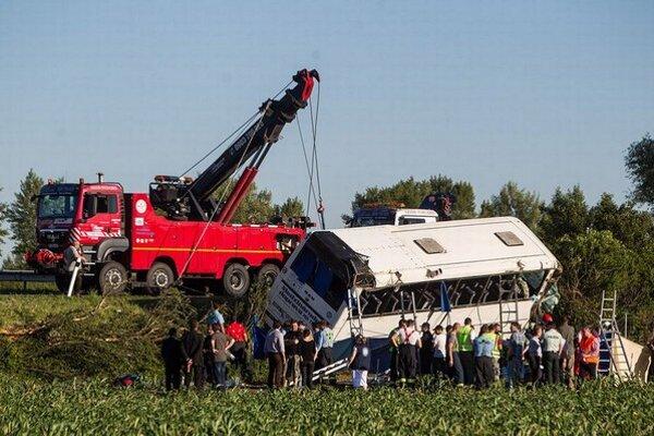 Autobus po nehode zostal prevrátený na boku.