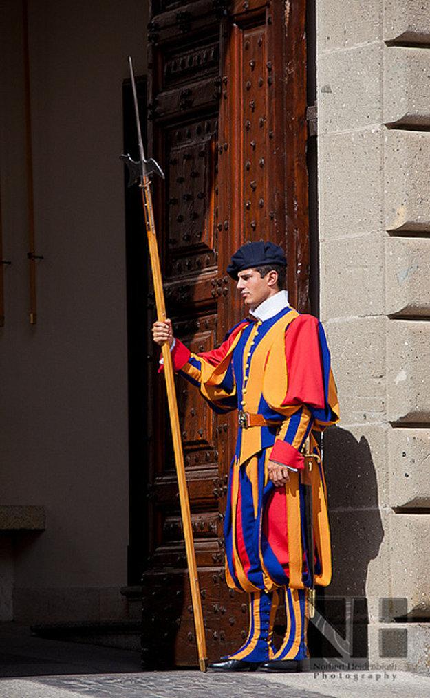 Aj palác v Castel Gandolfo stráži pápežská švajčiarska garda.