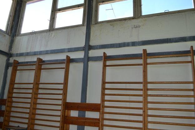 Strecha i okná pod ňou pravidelne zatekajú.