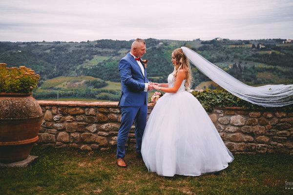Svadbu známeho čadčianskeho páru zdokumentoval fotograf Štefan Strýček akameraman Patrik Grečmal zDope production.