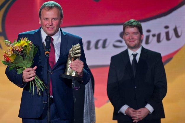 Na snímke starosta obce Spišský Hrhov Vladimír Ledecký (vľavo) s cenou v kategórii Obec a mesto.  Vpravo splnomocnenec vlády pre rómske komunity Ábel Ravasz.