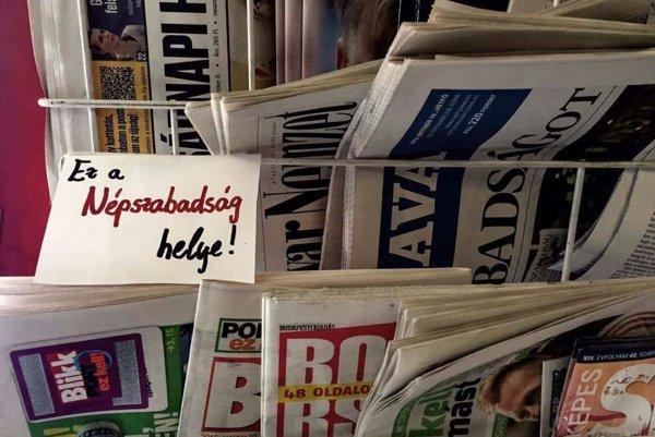 Miesto v novinovom stánku je stále vyhradené pre Népszabadság. V uliciach zaň demonštrovali tisícky ľudí.