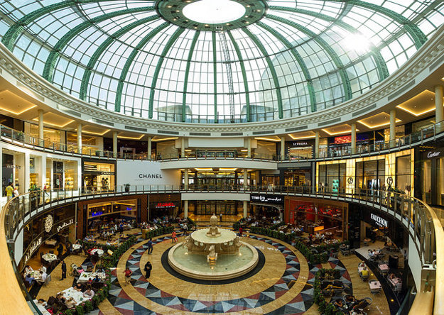 Vo vychýrených nákupných centrách v Dubaji nájdete luxusné reštaurácie aj podniky rýchleho občerstvenia.
