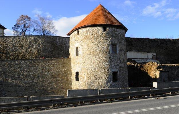 Stredoveké hradby mesta sa zachovali dodnes, dĺžka hradieb je vyše 2 km.