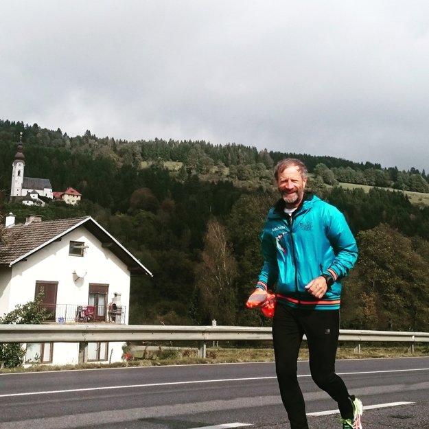Neprestal sa usmievať. Aj keď má na konte 21 maratónov a cíti to celé jeho telo.