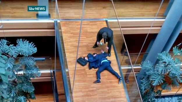 Britský poslanec Steven Woolfe leží na zemi po tom, čom omdlel po hádke so straníckymi kolegami v Štrasburgu.