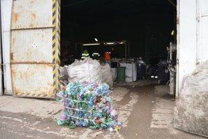 Na triediacej linke sa pretrieďuje separovaný odpad.