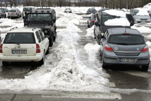 K drobným kolíziám dochádza aj na parkoviskách.