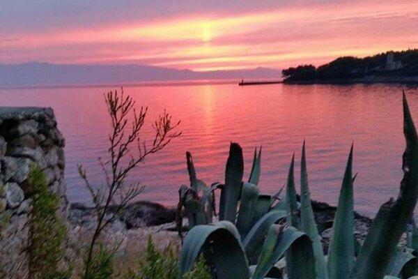 Východ slnka na ostrove Hvar.
