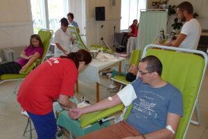 Krv prišli darovať aj zástupcovia redakcie.