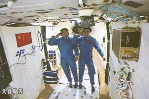Dvojica astronautov salutuje po vstupe na stanicu.
