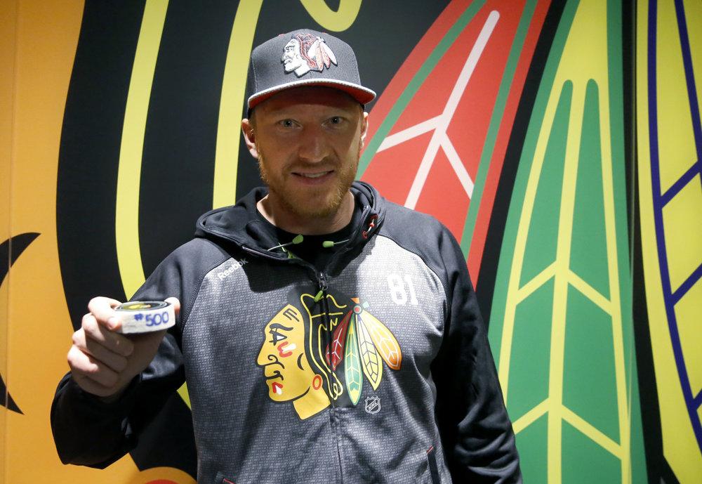 Hossa s pukom, s ktorým strelil svoj 500. gól v NHL.