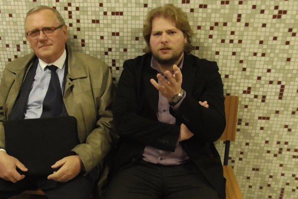 Jenča (vpravo) sadvokátom. Bývalý študent UPJŠ sa chce domôcť podpísania diplomu zo zubného lekárstva prostredníctvom Ústavného súdu.
