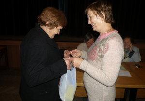 Balíčky si prevzali seniori z Malinovej v miestnom kultúrnom dome.