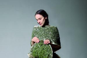 Oblečená v šatách z trávy. Dorota Sadovská. Jednotlivé kúsky oblečenia sú už zasiate a rastú v priestoroch na Hlavnej 95.