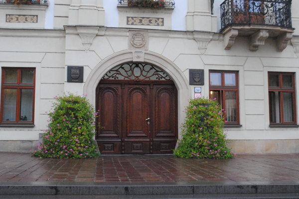 Zreštaurované dvere sú opäť osadené na budove Mestského úradu.