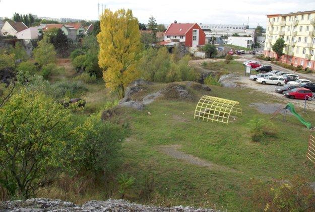 Ihrisko a dolnú časť bane od seba oddelí plot.