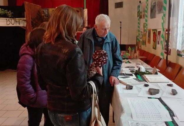 Bývalý baník Ján Ziman predstavil návštevníkom exponáty.