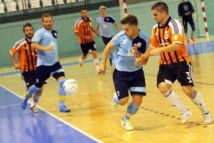 Futsalisti Nitry podľahli Slov-Maticu 1:10. V popredí dvojica Peter Maršala - Dušan Rafaj, vľavo v belasom drese domáci Ján Kluka.