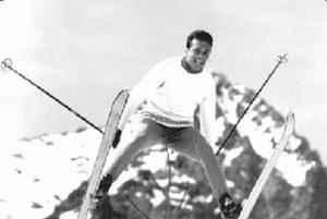 """Laci Zacharides pri jeho """"srandičkách"""" na lyžiach."""