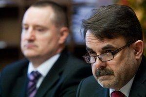 Generálny prokurátor Jaromír Čižnár (vpravo) a jeho prvý námestník Peter Šufliarsky (vľavo).