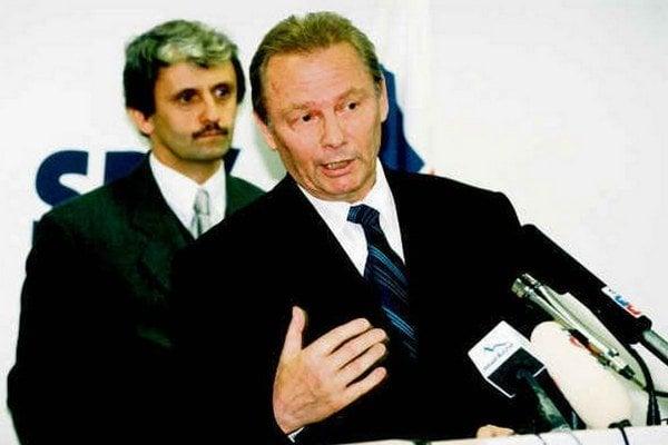 Aktívny prezident Schuster, v pozadí premiér Mikuláš Dzurinda.