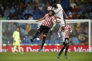V hlavičkovom súboji bojujú o loptu Raphael Varane z Realu Madrid (v bielom) a Raúl García.