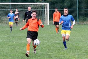 Na snímke autori oboch gólov - v oranžovom drese Róbert Boszorád z Janíkoviec, vpravo Adrián Kukučka z Jelenca. V pozadí hlavný rozhodca Martin Kopec.