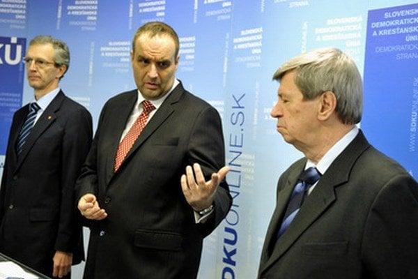 Predseda SDKÚ Pavol Frešo (uprostred) s kandidátmi do europarlamentu Ivanom Štefancom a Eduardom Kukanom.