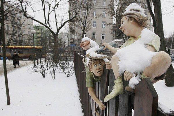Vo Varšave už sneh majú, napadol až v polovici januára. Na snímke plot škôlky s drevenými figúrkami.