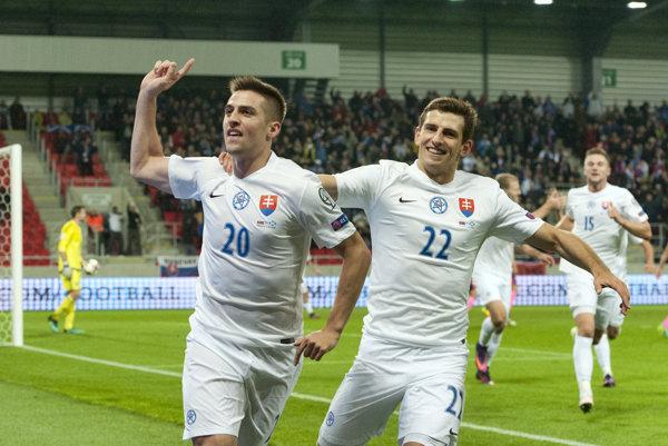 Jakub Holúbek (vpravo) sa teší z gólu Róberta Maka.