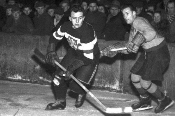 Augustin Bubník pri akcii počas stretnutia ČSR - Harringy Racers na Zimnom štadióne v Prahe v roku 1950.