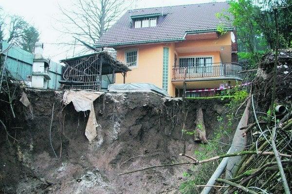 Tohtoročný zosuv v Piešťanoch tesne obišiel rodinný dom.