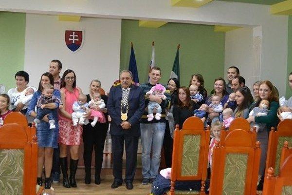 Spoločná fotografia najmladších obyvateľov mesta s rodičmi a primátorom Jozefom Grapom.