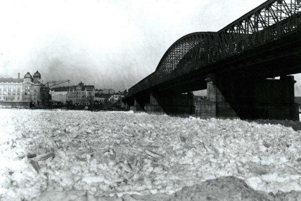 Zamrznutý Dunaj v Bratislave počas zimy 1928/1929.