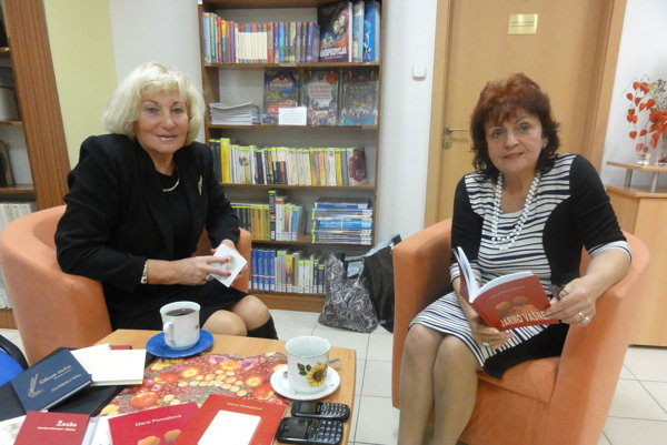 Zľava poetka Jozefína Hrkotová-Hladká a spisovateľka Mária Pomajbová na literárnom večere v knižnici.