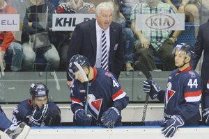 Mislav Rosandič (vpravo dole s číslom 44) postáva na lavičke Slovana.
