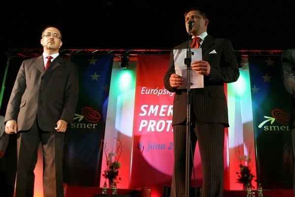 Nevýrazný, ale náš. Podpredseda Vladimír Maňka (vľavo) aj po porážke zostáva vo vedení Smeru.