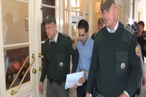 Ahmada odviedli zo súdu v putách.