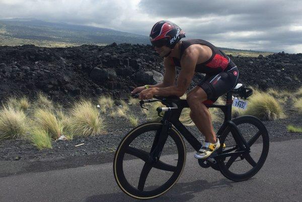 Michal Holub mal v cyklistickej časti smolu. Dostal defekt.
