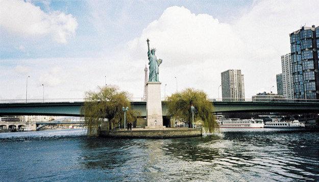Zmenšená Socha slobody stojí aj v Paríži.