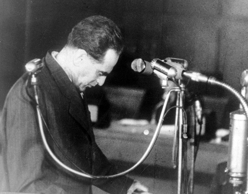 Rudolf Slánsky (1901 - 1952), generálny tajomník Komunistickej strany pred ľudovo-demokratickým súdom. Vlastní súdruhovia mu mučením vyprali mozog a pred súdom priznal všetky obvinenia. Obesili ho týždeň po vynesení rozsudku.
