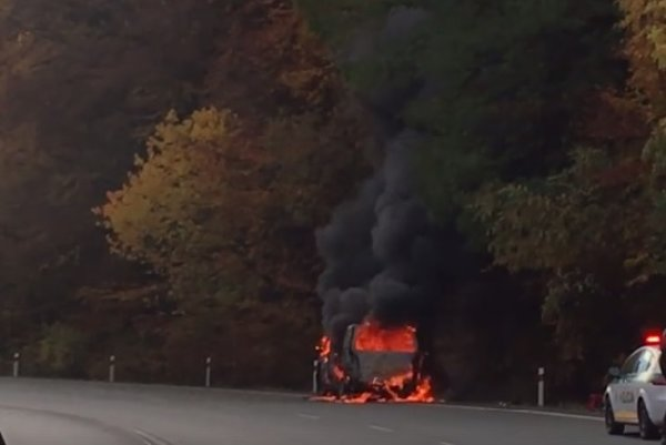 Obrovské plamene. Z auta sa valil hustý čierny dym.