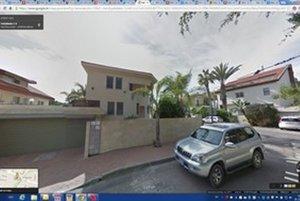 Google Street View zachytil ulicu, na ktorej býval Róbert Tibenský, práve v čase, keď pred jeho domom parkovalo aj auto, ktoré vraj nabúral.