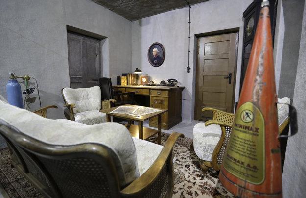Replika pracovne v pôvodnom bunkri, kde Hitler prežil posledné okamihy života.